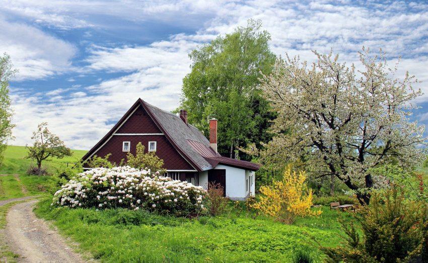 Идиллический дом с красивым садом