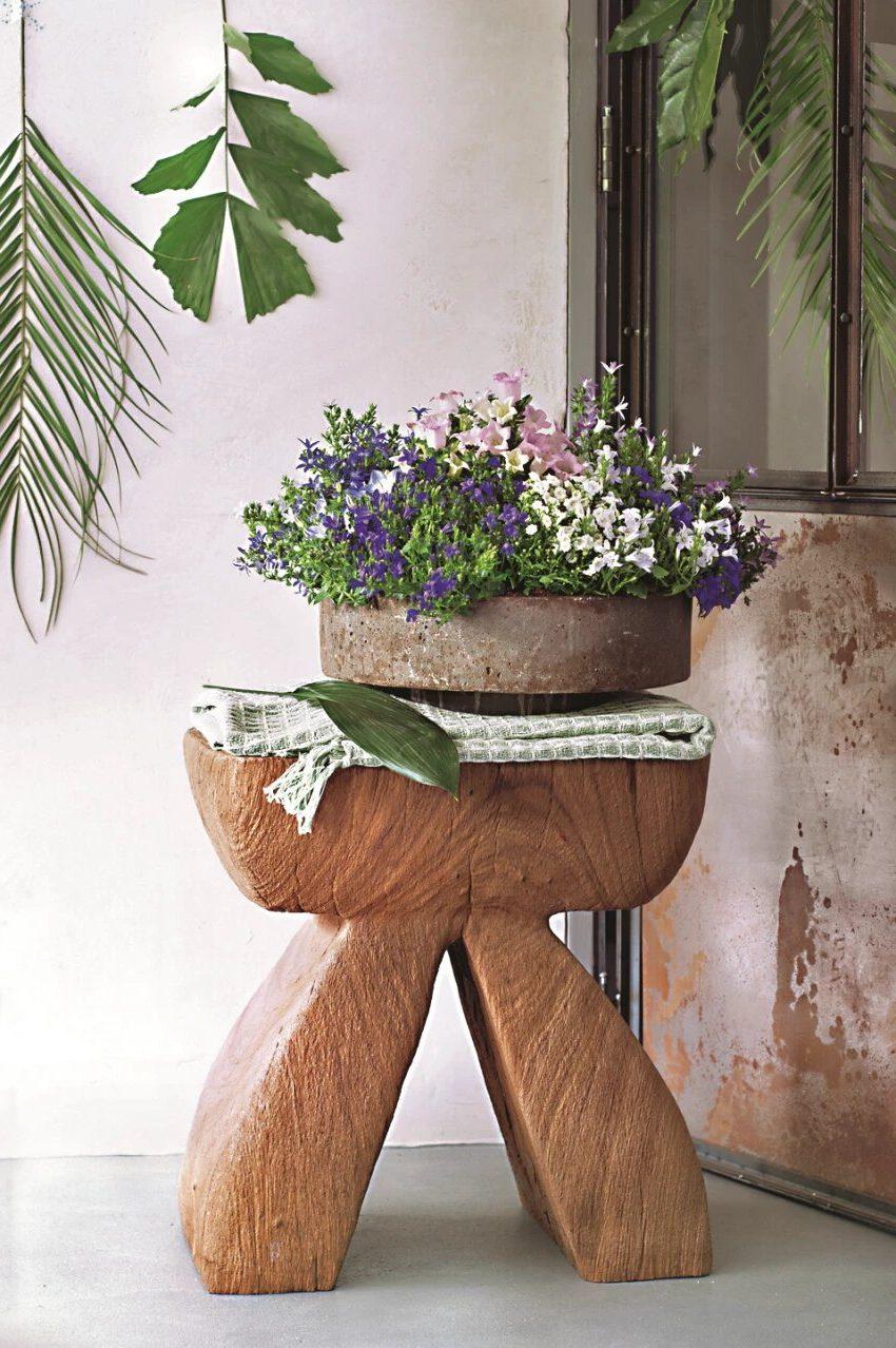 Цветы в горшках на балконе, табурет деревянный