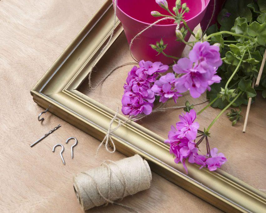 Каркас, нитки, крючки, дрель, горшок для цветов - инструменты для изготовления каркаса с цветущей геранью