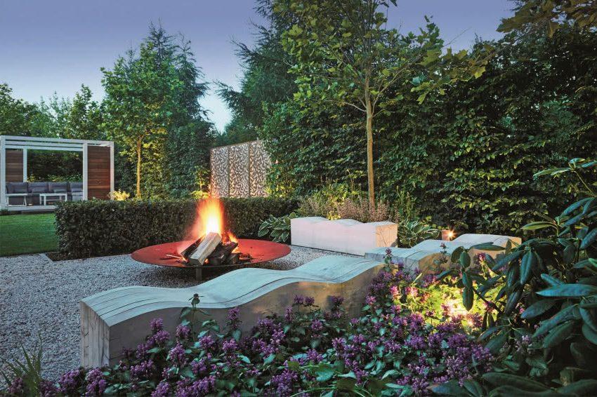 Современный сад с камином
