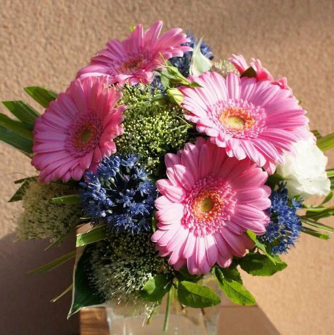 Букет из розовых гербер и голубого чеснока