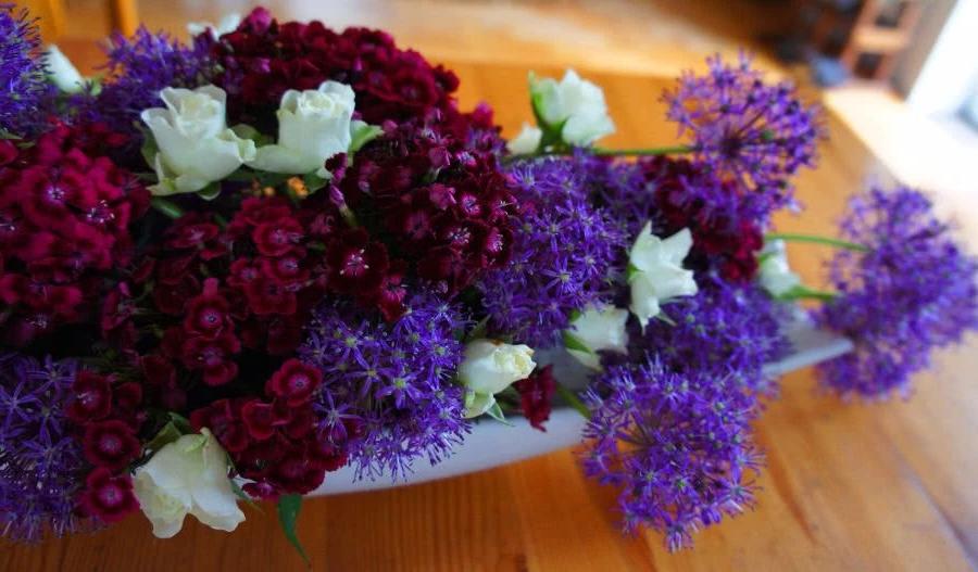Композиция из фиолетовых цветов на столе