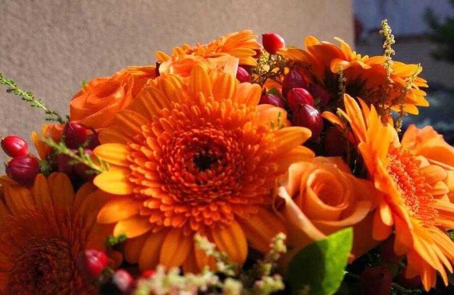 Апельсиновый букет с герберами и розами