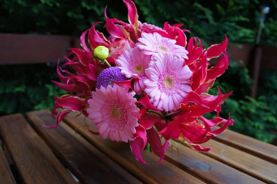 Розовый букет с глориозом, герберами и георгинами